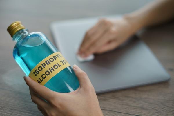 Use álcool isopropílico para limpar os bicos de tinta